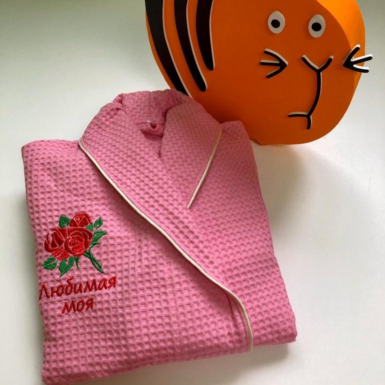 Халаты с вышивкой Женский вафельный халат розового цвета с кантом цвета шампань, размер 42-44